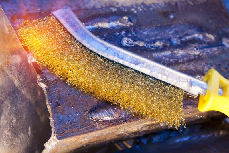 Escova de fio para a limpeza mecânica do metal imagens de stock royalty free