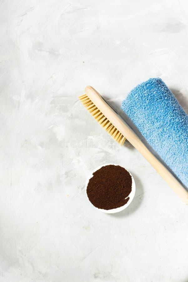 Escova de madeira para a massagem seca e o café à terra com uma toalha Vista de acima imagem de stock royalty free