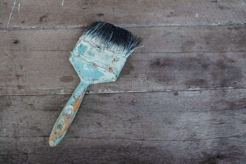 escova de pintura azul usada no fundo de madeira imagens de stock