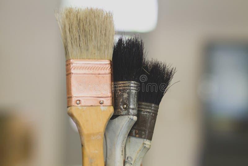 Escova de pintura com o punho de madeira foto de stock royalty free