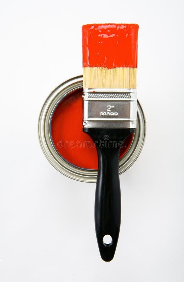 Escova de pintura com pintura vermelha imagem de stock
