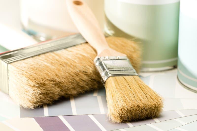 A escova de pintura das fontes, pode e amostra de folha imagens de stock