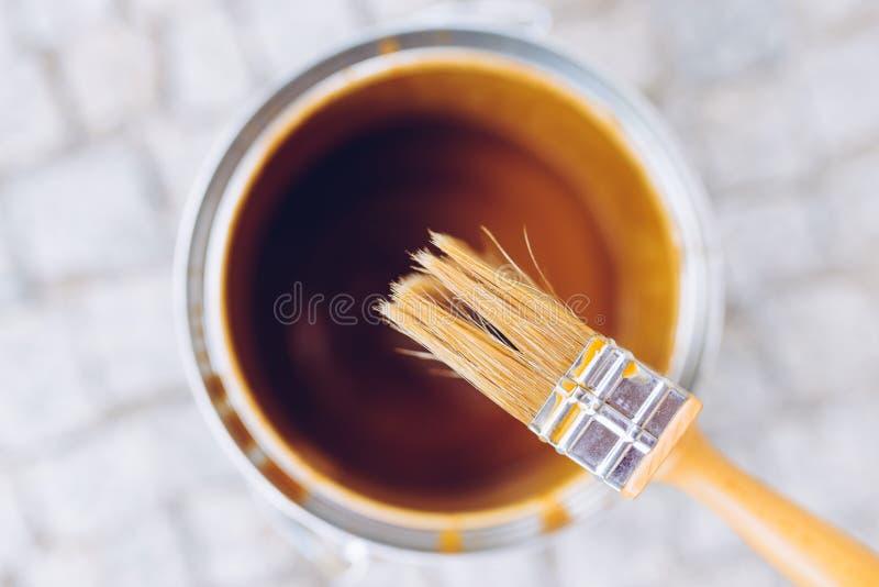 Escova de pintura na lata Vista superior A renovação da casa, casa melhora fotografia de stock royalty free