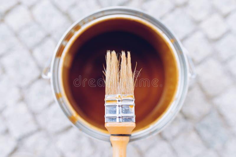 Escova de pintura na lata Vista superior A renovação da casa, casa melhora foto de stock royalty free