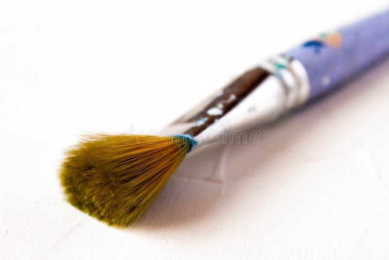 Escova de pintura usada no fundo foto de stock