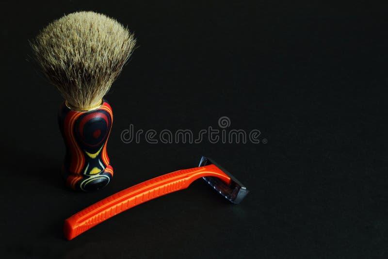 Escova de rapagem natural da cerda com o punho de madeira brilhante e a lâmina manual no fundo preto Estilo mínimo Beleza do †d imagem de stock