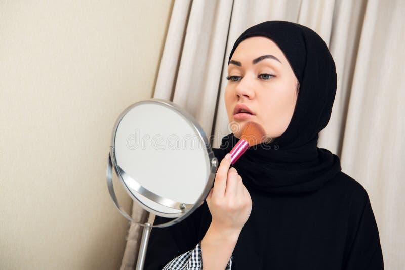 Escova de utilização cosmética de Hijab em mulheres asiáticas da cara fotos de stock royalty free