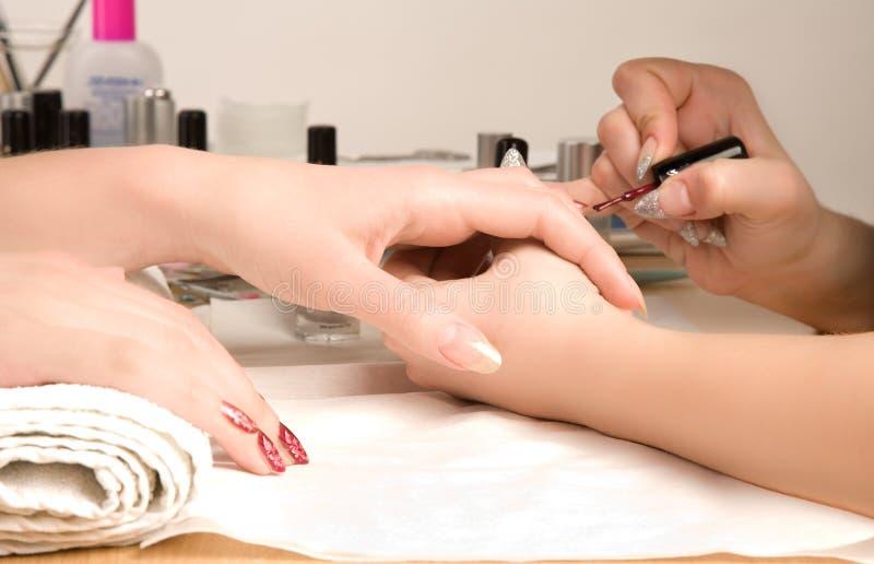 Escova do prego das mãos da mulher fotografia de stock royalty free