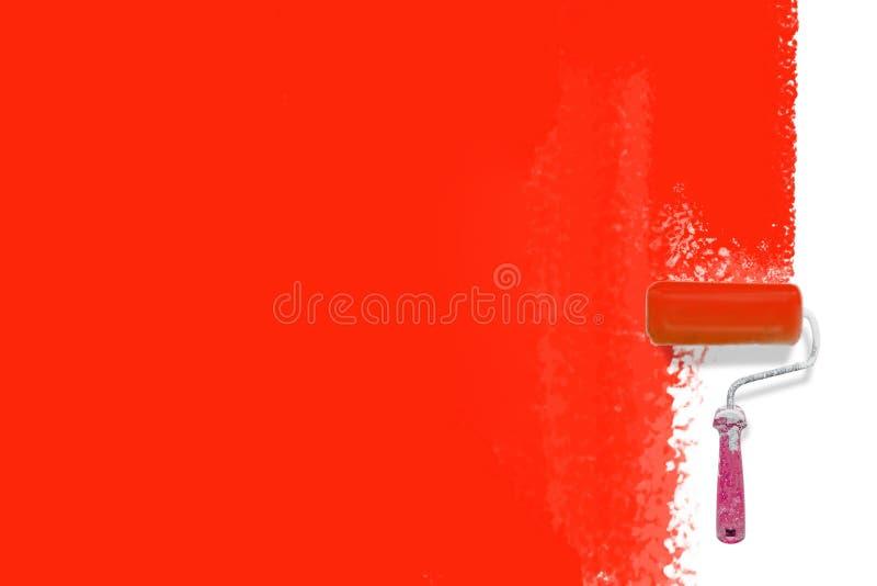 Escova do rolo de pintura que pinta o backgrounbd vermelho - conceito criativo da renovação imagens de stock royalty free