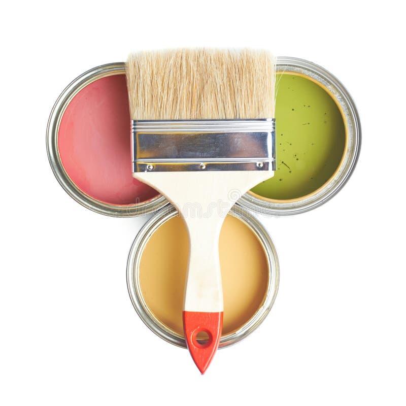 Escova larga sobre as latas da pintura foto de stock