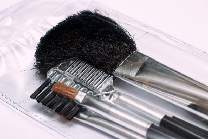 A escova para aplicar-se cora, acessórios da composição fotos de stock