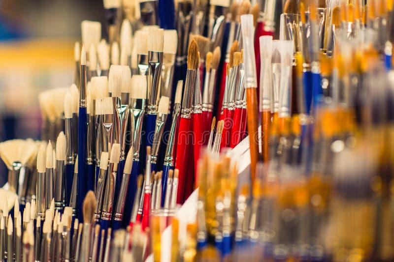 Escovas coloridas para pintar para a venda no mercado fotografia de stock royalty free