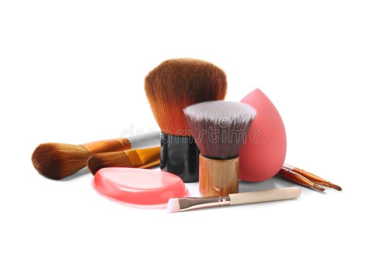 Escovas da composição e esponja do artista profissional imagens de stock