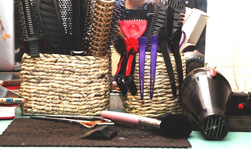 Escovas de cabelo, prendedores de cabelo e instruções do cabeleireiro no salão de beleza fotografia de stock