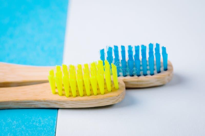Escovas de dentes de bambu amarelas e azuis brilhantes Conceito Eco-amigável minimalism fotografia de stock