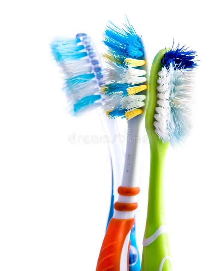 Escovas de dentes coloridas usadas velhas foto de stock