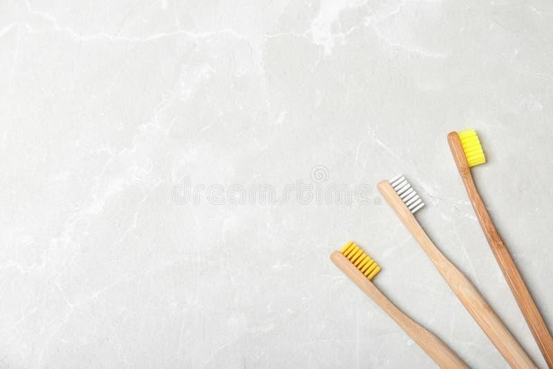Escovas de dentes e espaço de bambu para o tex imagens de stock royalty free