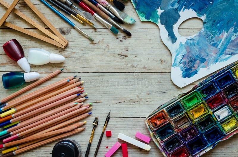 Escovas de pintura do artista no fundo de madeira fotos de stock