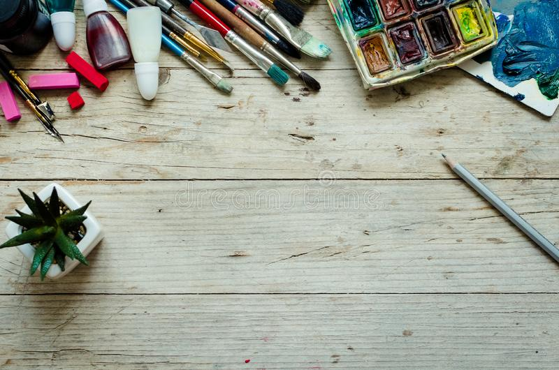 Escovas de pintura do artista no fundo de madeira foto de stock royalty free