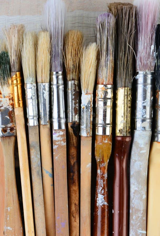 Escovas de pintura usadas close up foto de stock royalty free