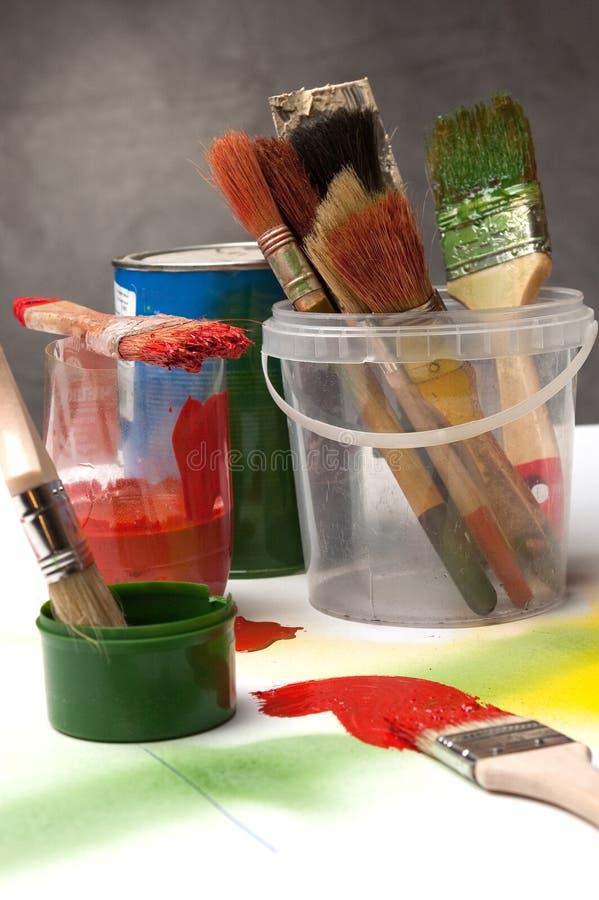 Escovas e pinturas fotografia de stock