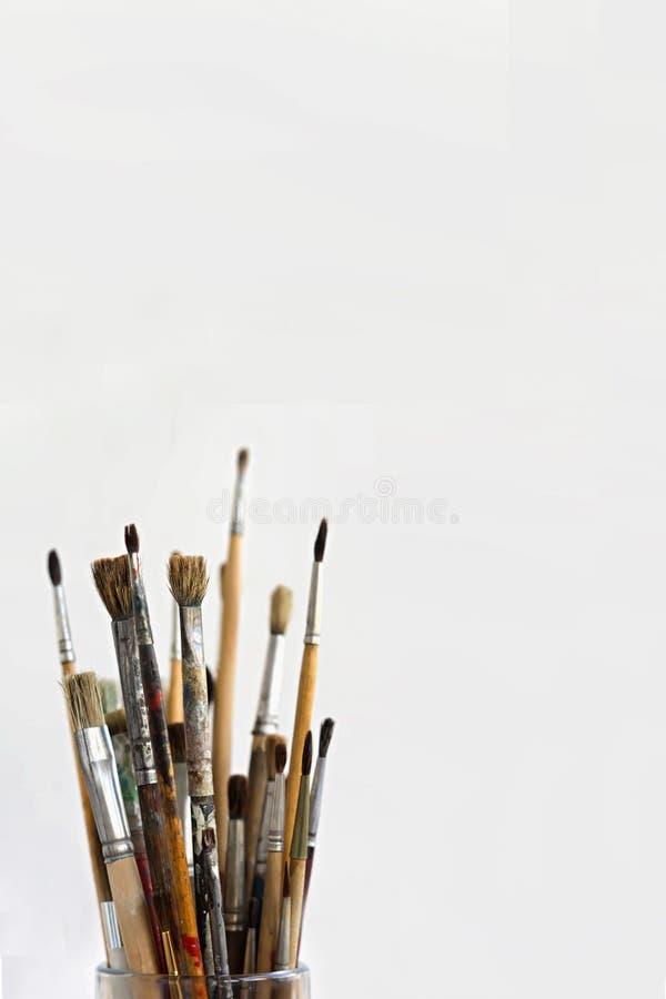 Escovas e pinturas do ` s do artista das escovas do ` s do artista isoladas no fundo branco foto de stock