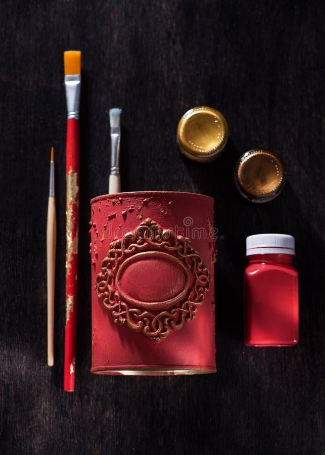 Escovas e pinturas para tirar em um recipiente com molde decorativo Ferramentas artísticas para a oficina e a faculdade criadora foto de stock royalty free