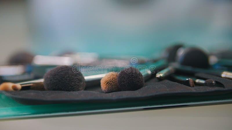 Escovas profissionais da composição no saco cosmético fotografia de stock royalty free