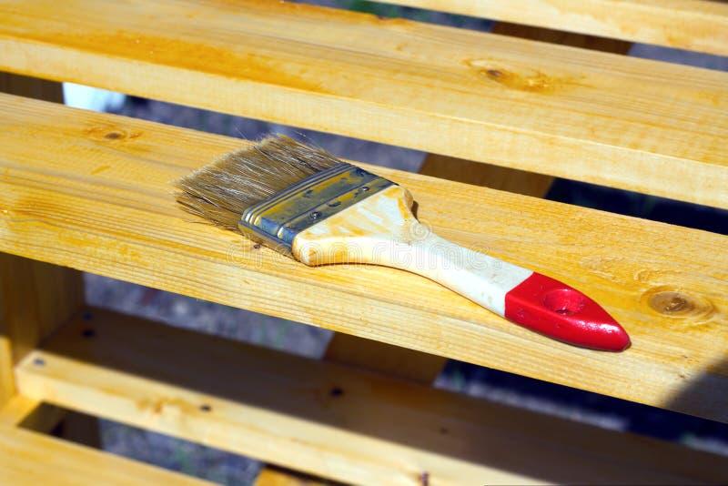 Escove o encontro em uma superfície de madeira pintada do shelving imagem de stock