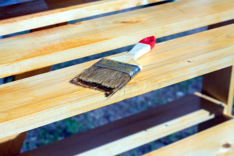 Escove o encontro em uma superfície de madeira pintada do shelving foto de stock royalty free