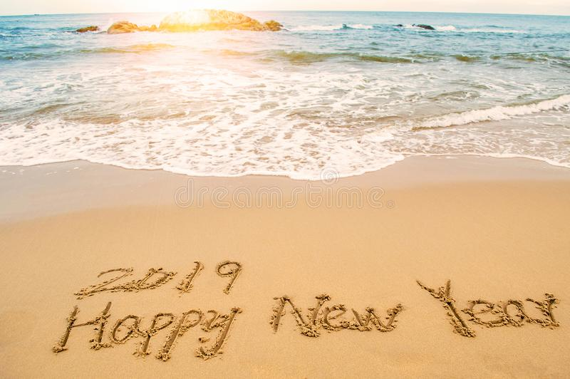 Escreva 2019 anos novos felizes na praia fotos de stock