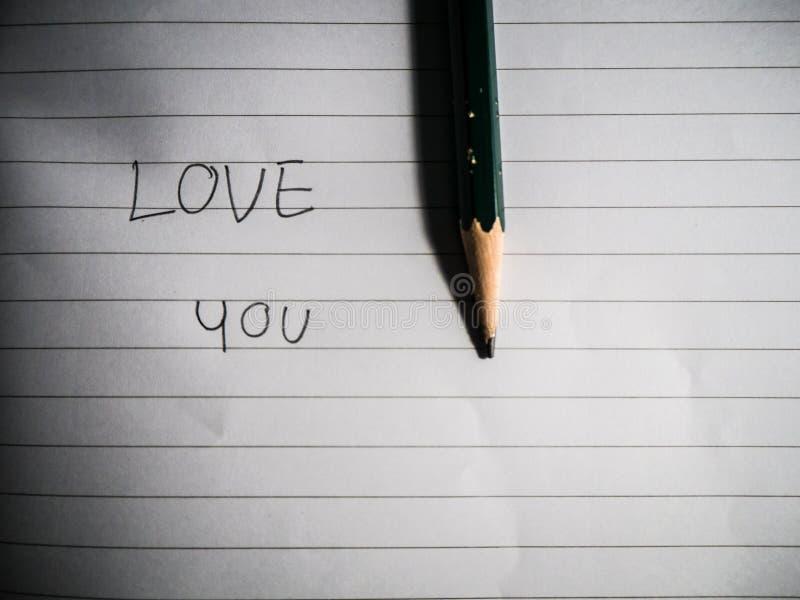 Escreva as palavras no amor com um lápis imagens de stock