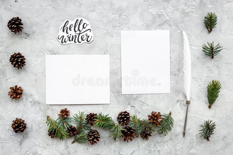 Escreva cumprimentos Envelope, papel, pena e olá! rotulação da mão do inverno no teste padrão cinzento da opinião superior do fun imagem de stock