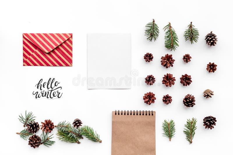 Escreva cumprimentos Envelope, papel, ramos spruce e cones e olá! rotulação da mão do inverno na opinião superior do fundo branco fotografia de stock royalty free