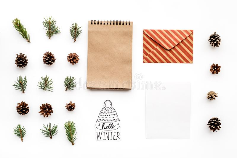 Escreva cumprimentos Envelope, papel, ramos spruce e cones e olá! rotulação da mão do inverno na opinião superior do fundo branco foto de stock royalty free