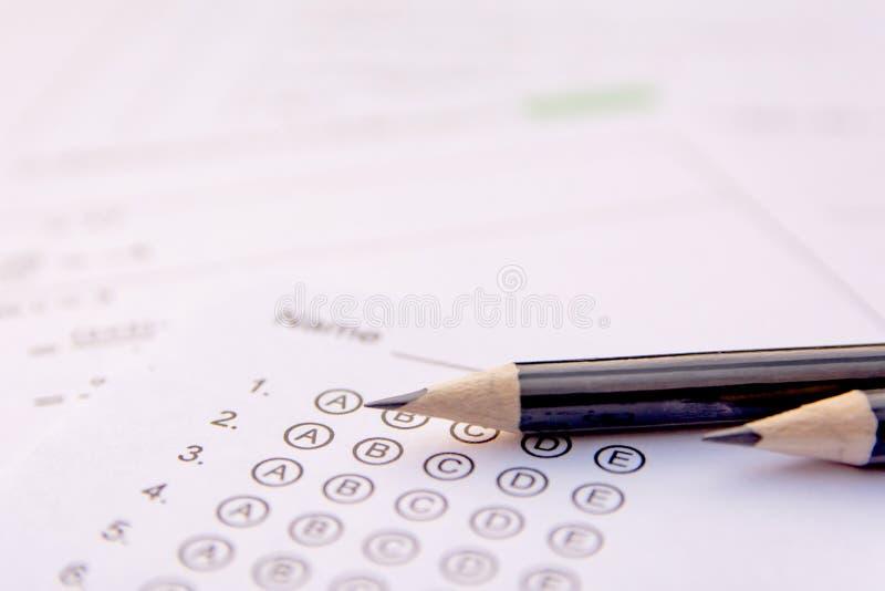 Escreva em folhas de resposta ou o formul?rio do teste estandardizado com respostas borbulhou folha de resposta de escolha m?ltip imagem de stock royalty free