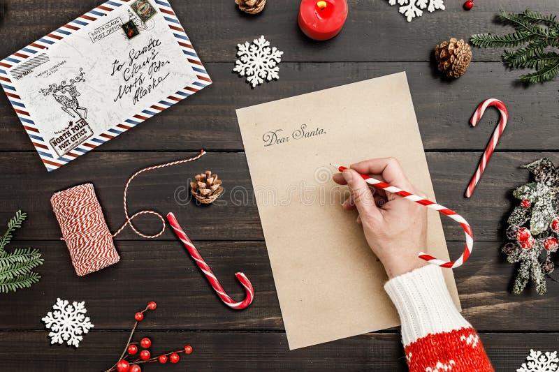 Escreva uma letra a Santa em um fundo de madeira da decoração da tabela fotos de stock royalty free