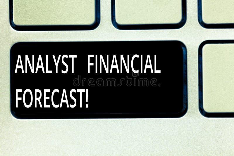 Escrevendo a avaliação apresentando da foto de Financial Forecast Business do analista da exibição da nota os resultados financei foto de stock