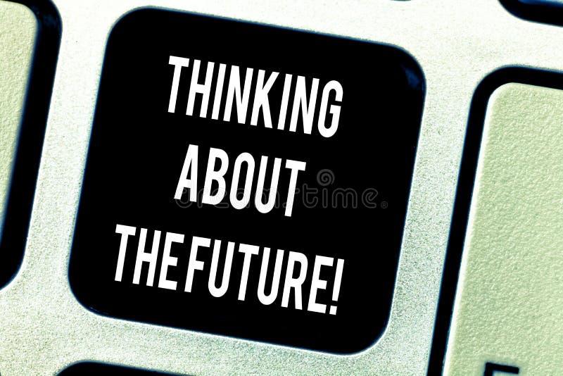 Escrevendo a exibição da nota que pensa sobre o futuro Foto do negócio que apresenta fazendo planos para o amanhã que estabelece  fotografia de stock