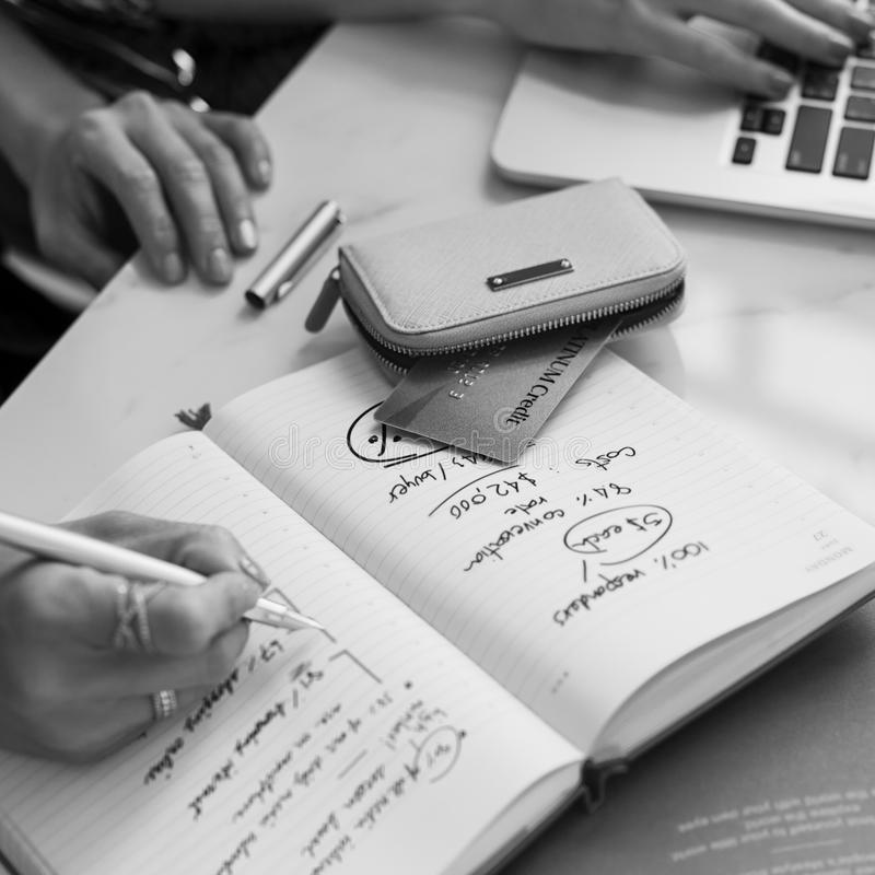 Escrevendo a mulheres de trabalho da informação o conceito ocasional imagem de stock