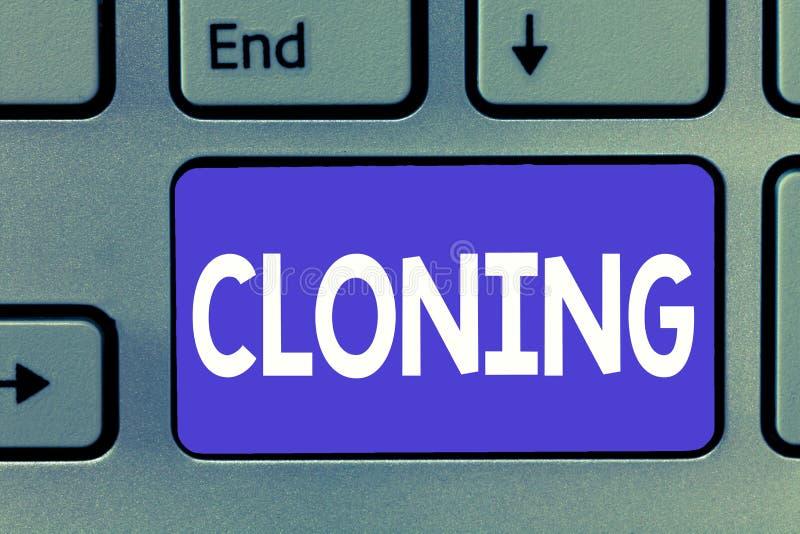 Escrevendo a nota que mostra a clonagem Apresentar da foto do negócio faz cópias idênticas de alguém ou de algo que criam clone fotografia de stock