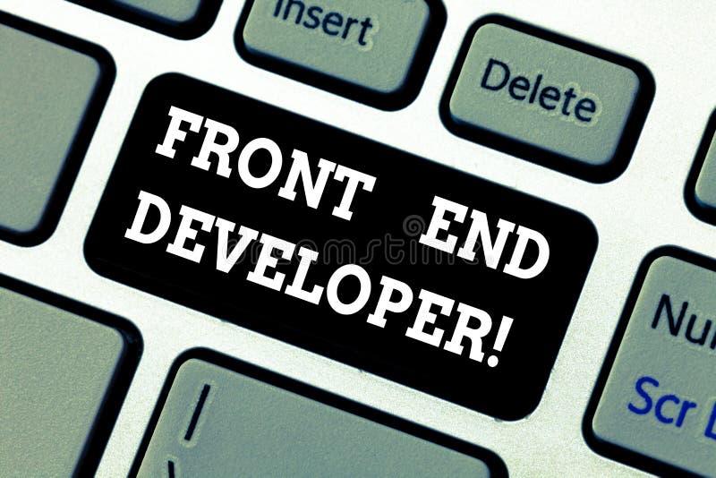 Escrevendo a nota que mostra Front End Developer O programador de computador apresentando da foto do negócio codifica e cria visu fotografia de stock
