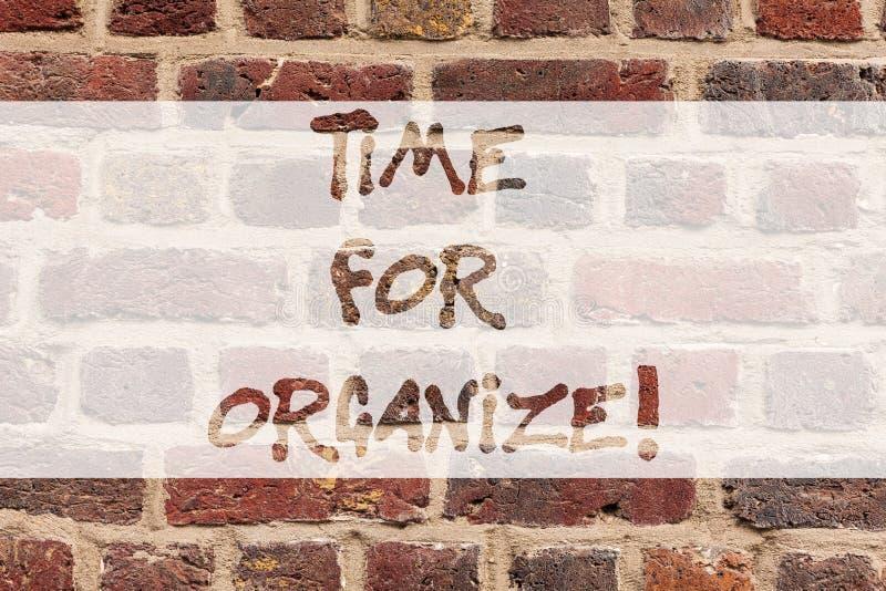 Escrevendo a nota que mostra a hora para Organize Apresentar da foto do negócio faz arranjos ou preparações para o evento ou fotografia de stock royalty free
