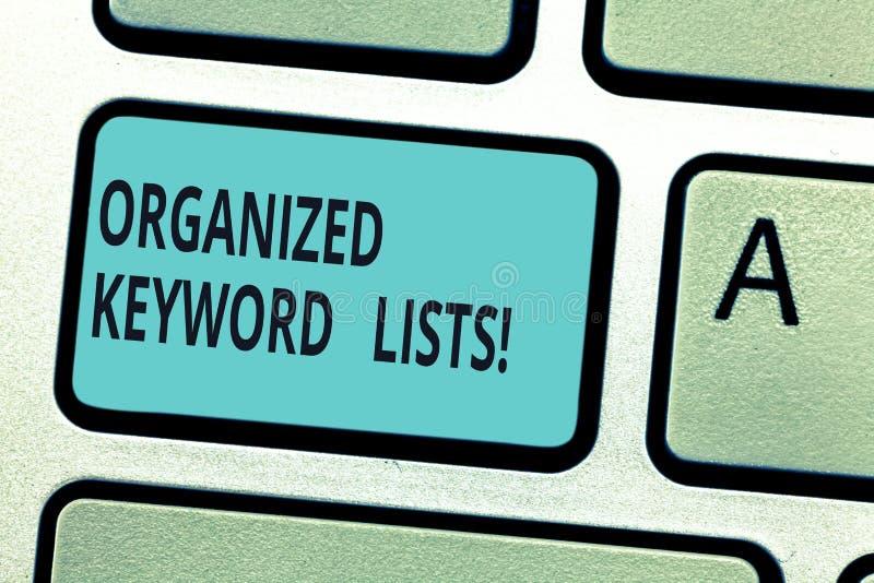 Escrevendo a nota que mostra lista organizadas da palavra-chave Foto do negócio que apresenta tomando a lista de palavras-chaves  imagens de stock royalty free