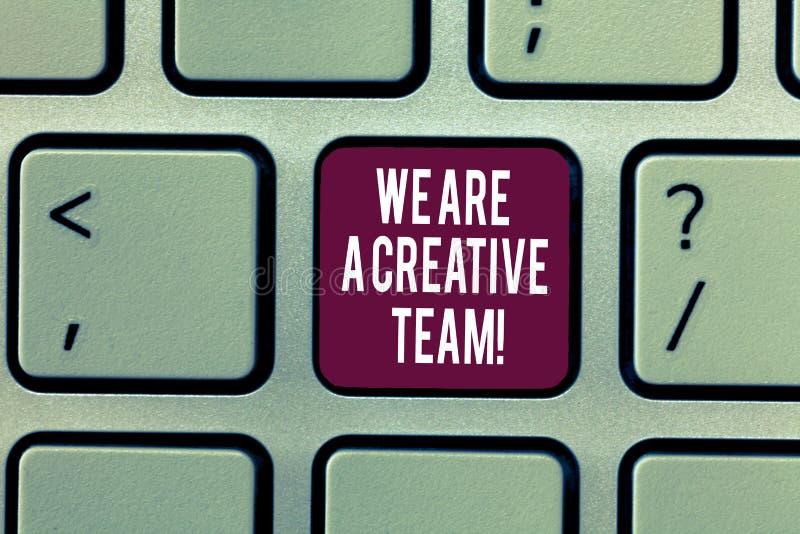 Escrevendo a nota que mostra nós somos uma equipe criativa Os colegas apresentando dos trabalhos de equipe da faculdade criadora  fotografia de stock