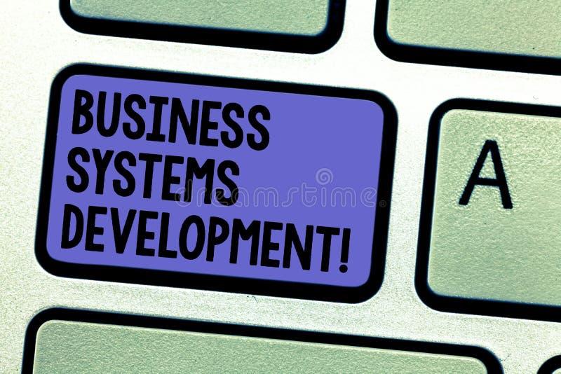 Escrevendo a nota que mostra o desenvolvimento de sistemas empresariais Processo apresentando da foto do negócio de definir e de  fotos de stock