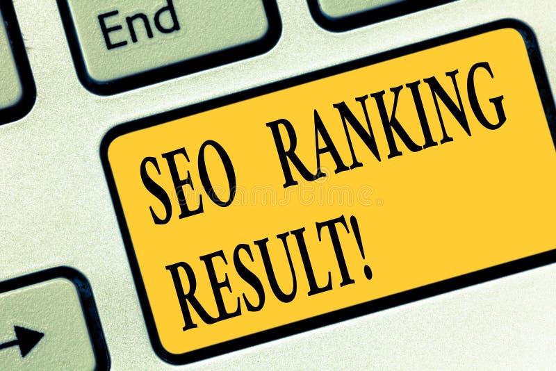 Escrevendo a nota que mostra Seo Ranking Result Apresentar da foto do negócio refere a posição dos Web site em resultados do Sear imagem de stock royalty free