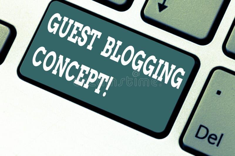Escrevendo o conceito publicando em blogs do convidado da exibição da nota Foto do negócio que apresenta escrevendo um cargo do b imagem de stock