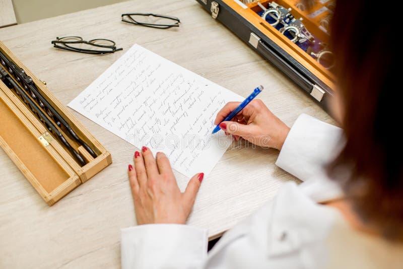 Escrevendo o trabalho científico ophthalmological imagens de stock
