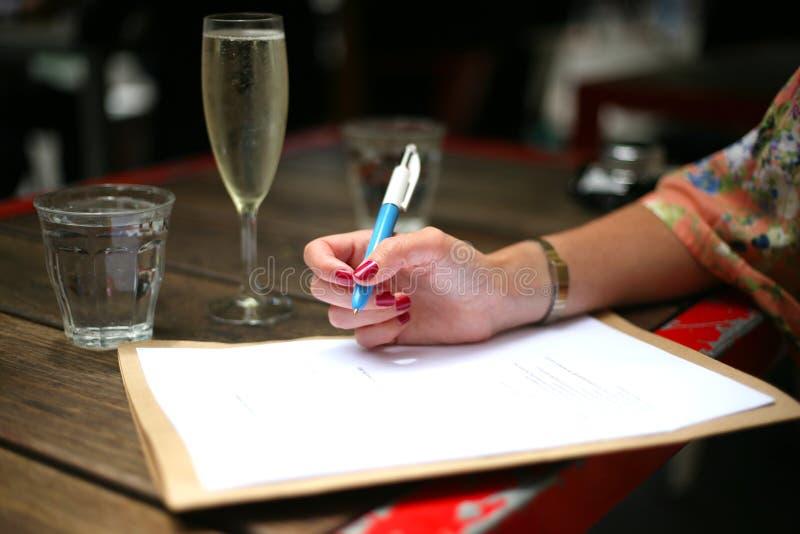 Escrevendo a para fazer a lista com prosecco foto de stock royalty free